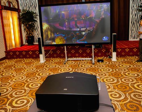 Máy có khả năng trình chiếu lên màn hình kích thước 300 inch với đô phân giải 4K.