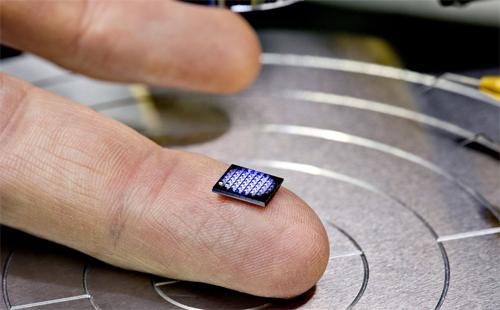 Máy tính tí hon của IBM rất nhỏ khi đặt trên đầu ngón tay.