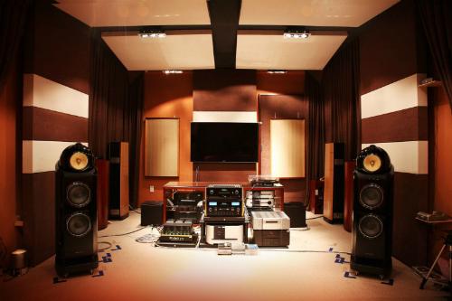 Một phòng nghe nhạc tiêu chuẩn đòi hỏi rất nhiều yếu tố, trong đó có tiêu, tán âm.