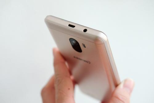 Máy đặt cổng sạc và giắc tai nghe ở đỉnh, trong khi hầu hết smartphone đặt ở cạnh dưới.