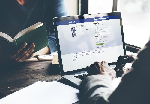 Công việc của người dùng tại Facebook là đưa mọi người đến với nền tảng này và giữ họ ở đó càng lâu càng tốt.