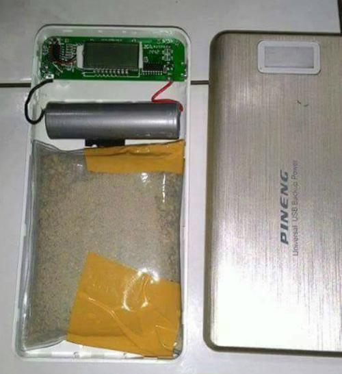 Viên pin dự phòng đặt túi cát để tăng trọng lượng.
