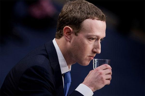 10 khoảnh khắc khó xử trong hai ngày điều trần của CEO Facebook
