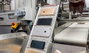 Robot tháo rời 200 chiếc iPhone mỗi giờ của Apple