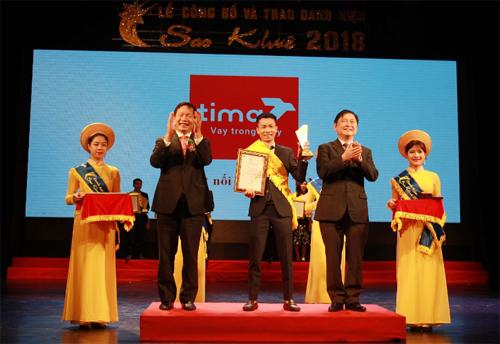 Đại diện doanh nghiệp Tima nhận giải Top 10 Sao Khuê 2018.