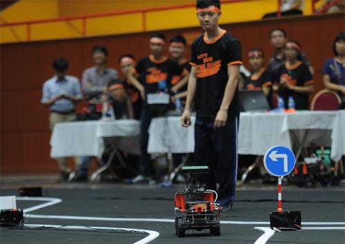 Thành viên một đội thi theo dõi xe nhận diện biển rẽ trái - phải.