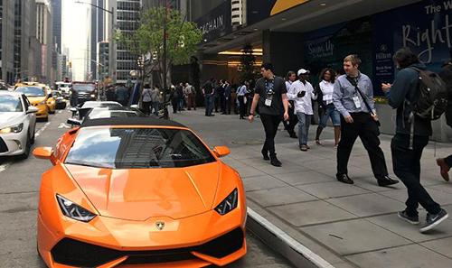 Ba chiếc Lamborghini đậu trước khách sạn Hilton (Mỹ), nơi diễn ra hội nghịConsensus về tiền ảo.