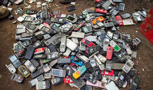 Điện thoại hỏng thường bị vứt vào các bãi rác.
