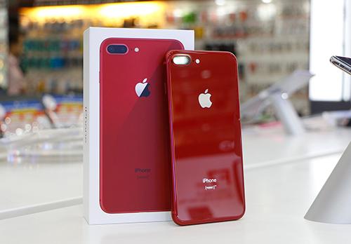 Chọn mua phiên bản đặc biệt iPhone 8/8 Plus Red chính hãng tại FPT Shop và F.Studio by FPT, bạn được giảm giá đến 1,5 triệu đồng, trả góp 0% lãi suất và tăng gấp đôi thời gian bảo hành.