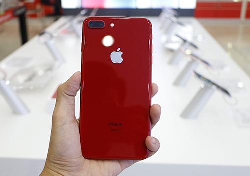 Mặt lưng kính giúp iPhone 8/8 Plus màu đỏ có thiết kế bóng bẩy và sang trọng.