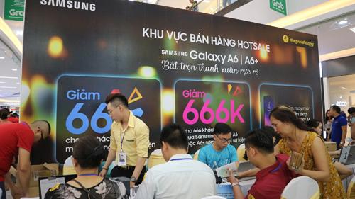 Sự kiện Samsung Fan Day thu hút rất nhiều người tham gia để nhận những ưu đãi hấp dẫn. Trước đó, hệ thống này cũng đã nhận được hơn 14.000 đơn đặt hàng chỉ sau 2 tuần.