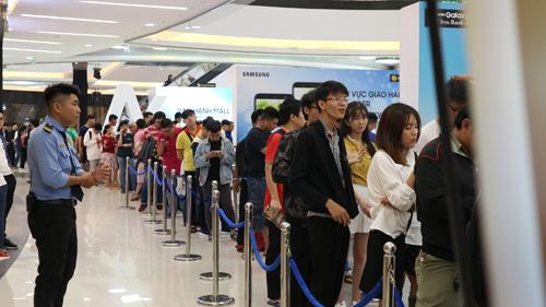 Hàng trăm khách hàng xếp hàng để tham gia hot sale.