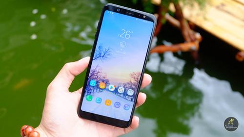 Galaxy A6+ có thiết kế vỏ kim loại cùng những chi tiết bo tròn giúp máy vừa mang nét cứng cáp mà vẫn mềm mại. Mặt sau thiết kế cụm camera với 2 camera và cảm biến vân tay.