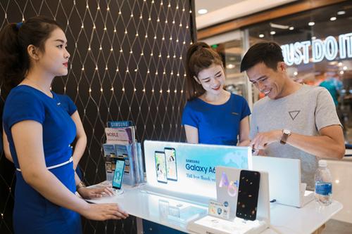 Cấu hình Galaxy A6+ khá mạnh mẽ với chip Snapdragon 450 tốc độ 1,8 GHz, RAM 4 GB, dung lượng 32 GB và pin 3.500 mAh.