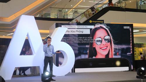 Đại diện Samsung giới thiệu những tính năng nổi bật của A6 và A6+ nhưcamera kép xóa phông, hiệu ứng Dolby Atmos, thiết kế màn hình Infinity Display&