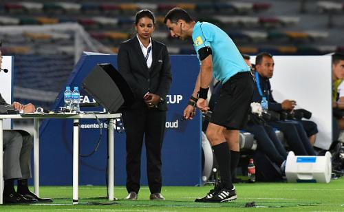 Trọng tài đang xem video quay lại tình huống ngay trên sân. Ảnh AFP