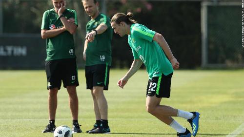 Duncan hỗ trợ các cầu thủ luyện tập trước một trận đấu ở vòng loại World Cup 2018.