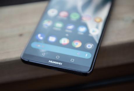 Sau khi iPhone 2018 được cho có phiên bản 6,5 inch, thông tin Huawei sắp ra smartphone màn 6,9 inch cũng xuất hiện. Ảnh: Android Central.