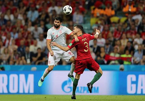 Tình huống tranh chấpcủa Costa được trọng tài xác nhận là hợp lệ sau khi tham khảo VAR.