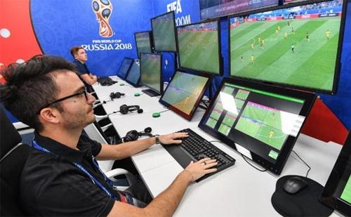 Phòng điều khiển VAR giúp hỗ trợ trọng tài với các góc máy từ hơn 30 máy quay trên sân.