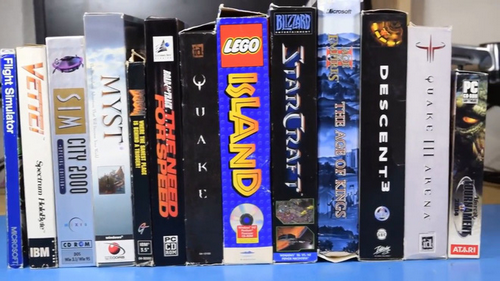 Các phần mềm và trò chơi ra mắt của những năm 2000 cũng được sưu tầm và cài đặt. Tất nhiên là chúng còn nguyên hộp và phụ kiện.