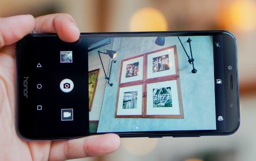 Máy có giao diện camera tối giản.