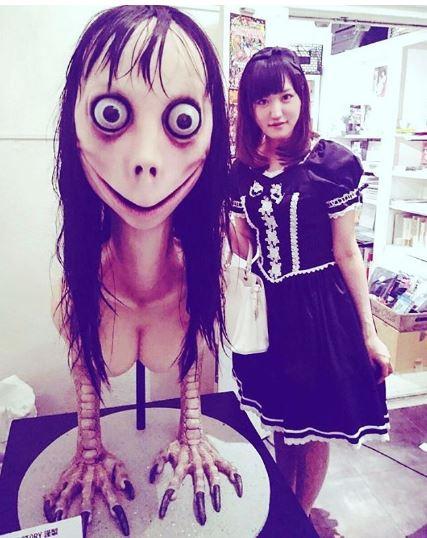 Người xem triển lãm chụp ảnh bên tượng dì Chim tại Nhật Bản.