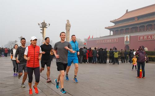 Năm 2016, ông chủ Facebook lại gây sốt trên mạng khi chạy bộ trên đường phố Bắc Kinh như muốn khoa trương tình yêu và sự quan tâm của ông với quốc gia đông dân nhất thế giới.
