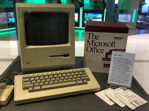 Chiếc Macintosh đặt trang trọng cùng với bộ Office đời đầu tại Trung tâm triển lãm của Microsoft.