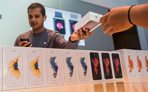 iPhone vẫn được coi là mặt hàng xa xỉ ở nhiều nước. Ảnh: CNBC