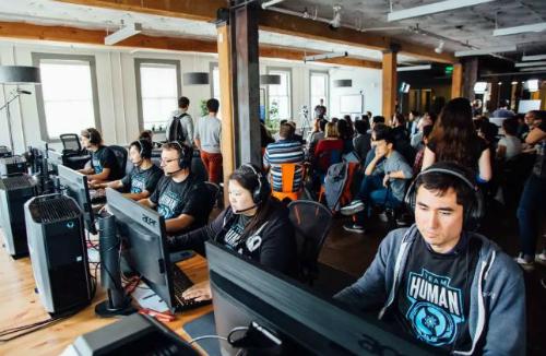 OpenAI Five đã hai lần đánh bại con người trong game DOTA 2, một đội nghiệp dư và một đội bán chuyên.