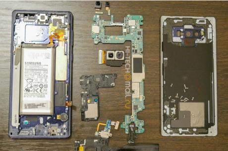 Chi tiết bên trong của Galaxy Note9. Ảnh: Hi-Tech Mail Ru
