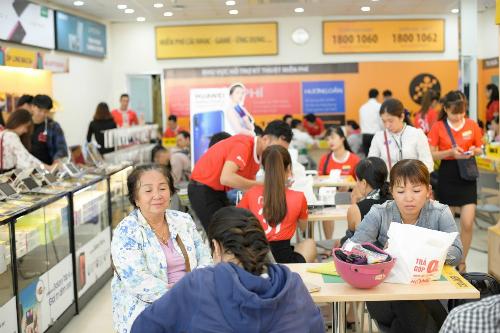 Sự kiện mở bán chính thức hồi 4/8 ghi nhận sự tham gia đông đảo của người dùng. Đại diện Huawei cho biết đã có hơn 22.000 đơn hàng trong 10 ngày trước khi sản phẩm chính thức lên kệ.