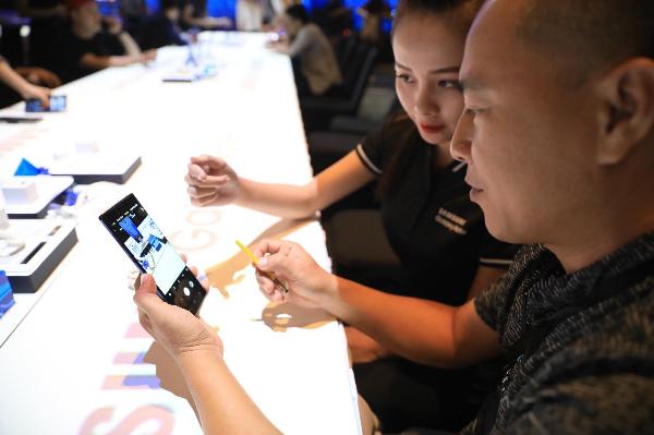 Khách mời trải nghiệm bút S Pen và Galaxy Note9. Ảnh: Hữu Khoa.
