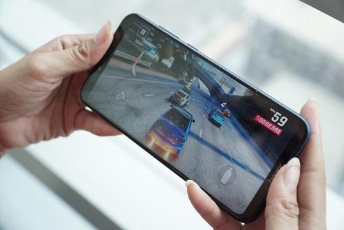 Máy có màn hình rộng, độ phân giải Full HD+ cho trải nghiệm chơi game thoải mái.