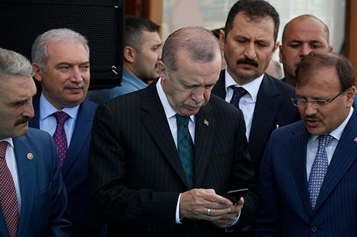 Tổng thống Erdogan sử dụng một chiếc iPhone ở Istanbul. Ảnh: AP.