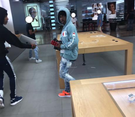 Hai trong số những tên cướp được ghi lại, ảnh do cảnh sát Roseville Galleria cung cấp.