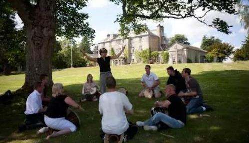 Một buổi học ngoài trời của nhóm bệnh nhân tại bệnh viện Craig Castle.