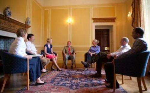 Nhóm bệnh nhân đang thảo luận dưới sự giám sát của bác sĩ tâm lý.