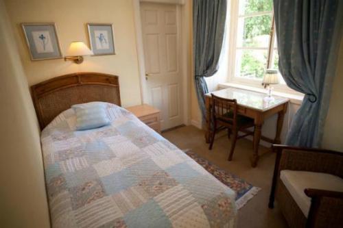 Căn phòng với nội thất tối giản cho các bệnh nhân ở Craig Castle.