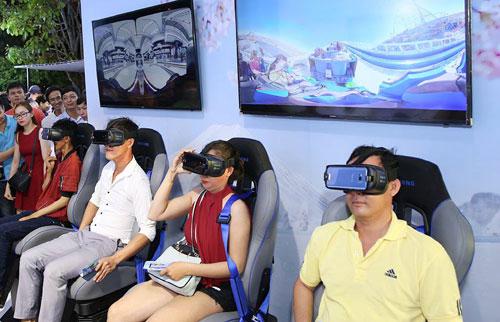 Khách hàng thử cảm giác mới lạ khi dùng thiết bị Gear VR với chiếc Note 9.