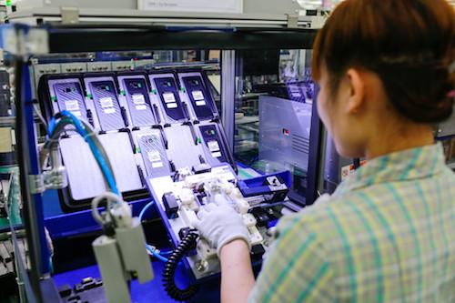 Bên trong một nhà máy sản xuất smartphone tại Việt Nam. Ảnh: Techrum.