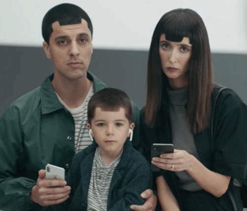 Samsung từng thực hiện quảng cáo chế nhạo Apple thông qua hình ảnh một gia đình có mái tóc giống tai thỏ trên iPhone X.