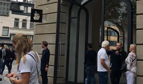 Khách hàng sơ tán bên ngoài Apple Store ở Zurich (Thụy Sỹ). Ảnh: AT5.