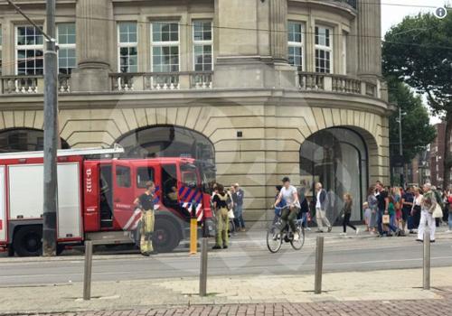 Xe chữa cháy có mặt bên ngoài Apple Store xảy ra sự cố với iPad. Ảnh: ASMedia.