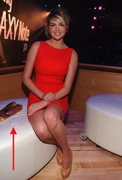 Siêu mẫu Kate Upton tham dự sự kiện ra mắt Galaxy Note 10.1 tổ chức tại New York vào 8/2012. Tuy nhiên chiếc điện thoại đồng hành cùng cô lại là sản phẩm của đối thủ: iPhone.