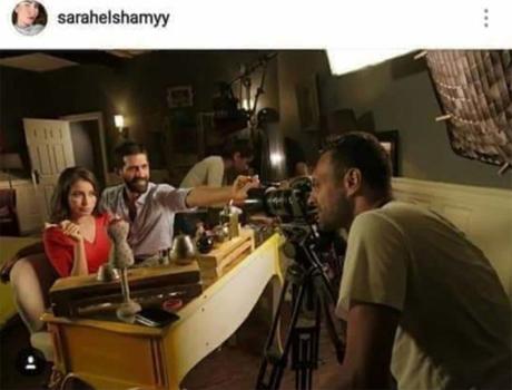 Ảnh hậu trường do nữ diễn viên đăng lên Instagram cho thấy nhân vật nam không cầm điện thoại.