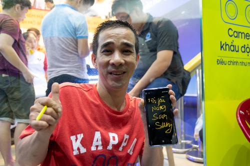 Đúng 12h, những khách hàng đầu tiên đã nhận được Galaxy Note9. Xếp hàng từ chiều, đúng là có hơi mệt mỏi nhưng khi được chạm tay vào máy thì hình như mọi thứ đều tiêu tan, anh Hoàng Phúc - một trong những người đầu tiên bóc hộp chiếc Galaxy Note9 tại điểm bán hàng của hệ thống CellphoneS trên đường Trần Quang Khải, quận 1.