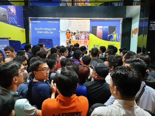 Từ 22h ngày 23/8, tại điểm bán hàng Samsung Galaxy Note9 trên đường 3/2, quận 10, TP HCM như cửa hàng Viễn Thông A và Viettel càng trở nên tấp nập. Dòng người xếp hàng để chờ nhận Galaxy Note9 mỗi lúc dài thêm đến tận khuya.