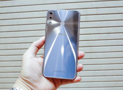 Điểm nhấn của máy làphần mặt lưng với các hoa văn vòng tròn đồng tâm quen thuộc của Asus. Cụm camera kép được đặt dọc tương tự iPhone X. Máy có kích thước lớn nhưng cầm khá thoải mái và chắc chắn nhờ cạnh viền bo tròn.